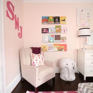 Klassisk inredning av ett mellanstort flickrum kombinerat med sovrum och för 4-10-åringar, med mellanmörkt trägolv