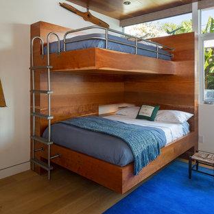 Inspiration för ett mellanstort tropiskt könsneutralt barnrum kombinerat med sovrum och för 4-10-åringar, med ljust trägolv och vita väggar