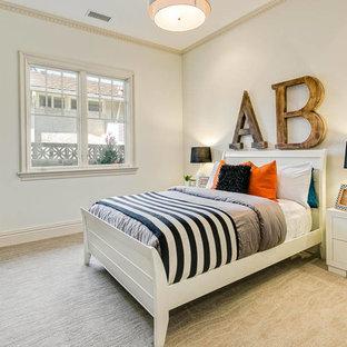 Ispirazione per una cameretta per bambini tradizionale con pareti beige, moquette e pavimento beige