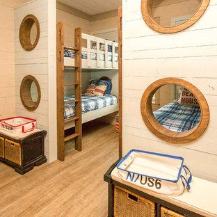 Idéer för att renovera ett maritimt barnrum, med beige väggar och vinylgolv