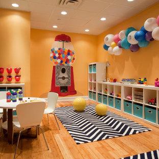 Immagine di una grande cameretta per bambini da 4 a 10 anni design con pareti gialle, parquet chiaro e pavimento marrone