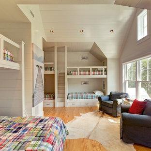 Idée de décoration pour une chambre d'enfant de 4 à 10 ans chalet avec un mur blanc et un sol en bois clair.