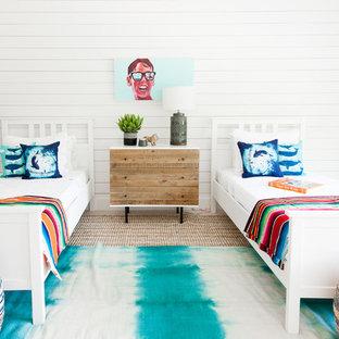 Ejemplo de dormitorio infantil costero con paredes blancas