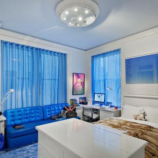 Imagen de dormitorio infantil contemporáneo, de tamaño medio, con paredes blancas, moqueta y suelo azul