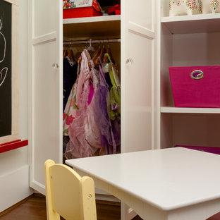 Idee per una cameretta per bambini da 4 a 10 anni stile americano di medie dimensioni con pareti grigie e pavimento in legno massello medio