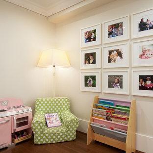 Exemple d'une chambre d'enfant de 4 à 10 ans craftsman de taille moyenne avec un mur gris et un sol en bois brun.