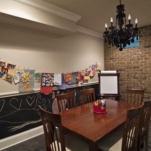 Exempel på ett mellanstort modernt könsneutralt barnrum kombinerat med sovrum och för 4-10-åringar, med beige väggar, klinkergolv i porslin och grått golv