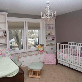 Ispirazione per una cameretta per bambini da 1 a 3 anni stile americano di medie dimensioni con pareti rosa e moquette