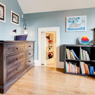 Idée de décoration pour une chambre d'enfant de 1 à 3 ans craftsman de taille moyenne avec un mur bleu et un sol en bois brun.