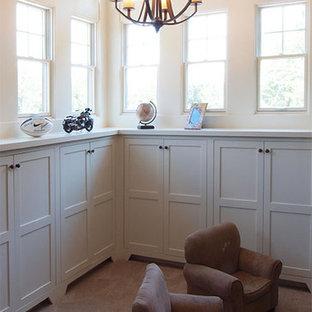 Idee per una cameretta per bambini da 4 a 10 anni american style di medie dimensioni con pareti bianche, moquette e pavimento grigio