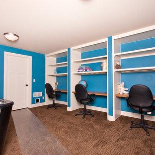Bild på ett amerikanskt tonårsrum, med blå väggar, heltäckningsmatta och brunt golv