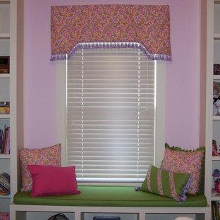Immagine di una cameretta per bambini da 4 a 10 anni stile americano con pareti rosa e moquette