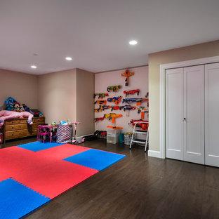 Esempio di una stanza dei giochi american style con pareti beige, pavimento in laminato e pavimento marrone