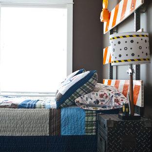 Ispirazione per una cameretta per bambini da 4 a 10 anni stile americano con moquette e pareti grigie