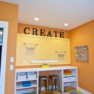 Ispirazione per una cameretta per bambini american style con pareti arancioni, pavimento in vinile e pavimento multicolore