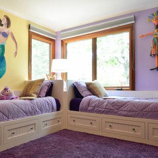 Ispirazione per una cameretta per bambini da 4 a 10 anni costiera di medie dimensioni con pareti viola, moquette e pavimento viola
