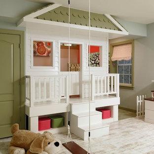 Modelo de dormitorio infantil de 4 a 10 años, bohemio, de tamaño medio, con suelo de madera clara, paredes grises y suelo blanco