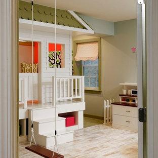 Mittelgroßes, Neutrales Stilmix Kinderzimmer mit Spielecke, hellem Holzboden, grauer Wandfarbe und weißem Boden in Washington, D.C.