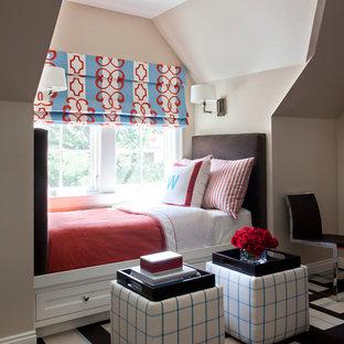 Diseño de dormitorio infantil tradicional renovado con paredes beige y moqueta