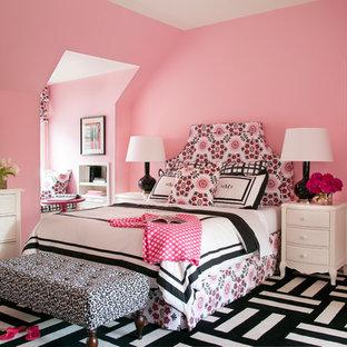Imagen de dormitorio infantil tradicional renovado, grande, con paredes rosas, moqueta y suelo multicolor
