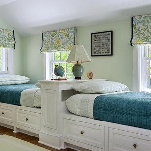 Immagine di una cameretta per bambini da 4 a 10 anni chic di medie dimensioni con pareti verdi e pavimento in legno massello medio
