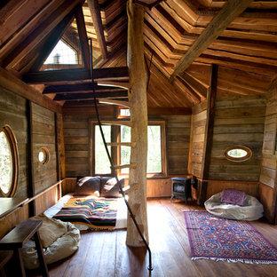 Neutrales Uriges Kinderzimmer mit braunem Holzboden und Schlafplatz in Denver