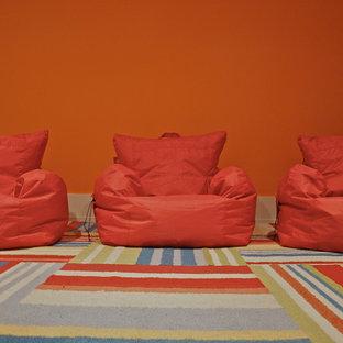Idée de décoration pour une salle de jeux d'enfant tradition avec un mur orange.