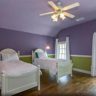 Esempio di una cameretta per bambini american style di medie dimensioni con pareti viola e pavimento in legno massello medio