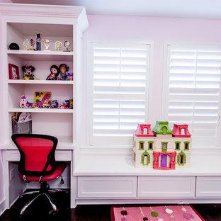 Esempio di una cameretta per bambini da 4 a 10 anni classica di medie dimensioni con pareti rosa e parquet scuro