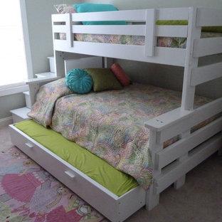 Exempel på ett mellanstort modernt flickrum kombinerat med sovrum och för 4-10-åringar, med grå väggar och heltäckningsmatta
