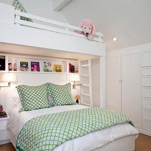 Diseño de dormitorio infantil tradicional con paredes blancas