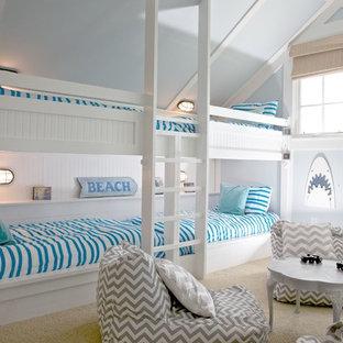 Maritim inredning av ett könsneutralt barnrum, med blå väggar och heltäckningsmatta
