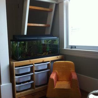 Esempio di una piccola cameretta per bambini da 4 a 10 anni chic con pareti beige e parquet chiaro