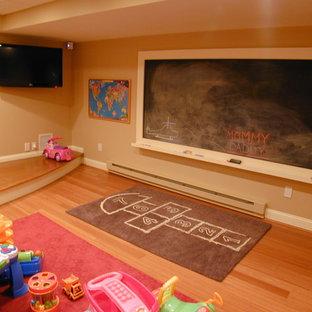 Foto di una cameretta per bambini da 1 a 3 anni chic con pareti beige e parquet chiaro