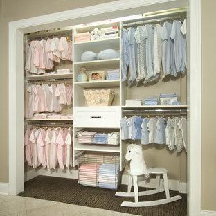 Exemple d'une chambre d'enfant de 1 à 3 ans romantique de taille moyenne avec un mur beige et moquette.