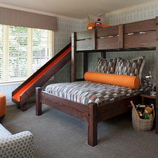 Klassisches Kinderzimmer mit Schlafplatz, grauer Wandfarbe, Teppichboden und grauem Boden in Detroit