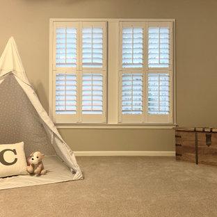 Ispirazione per un'ampia cameretta per bambini american style con pareti beige, moquette e pavimento beige