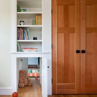 Inspiration för ett vintage könsneutralt barnrum, med ljust trägolv och gula väggar