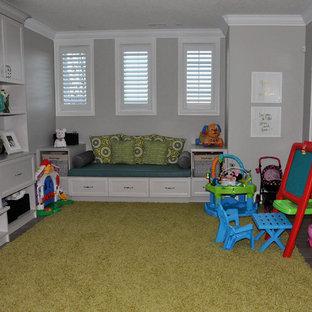Klassisk inredning av ett mellanstort könsneutralt småbarnsrum kombinerat med lekrum, med grå väggar