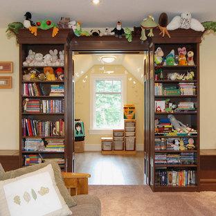 Ejemplo de dormitorio infantil de 4 a 10 años, de estilo americano, de tamaño medio, con paredes amarillas y moqueta