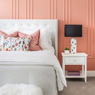 Immagine di una cameretta per bambini classica con pareti rosa, moquette e pavimento beige