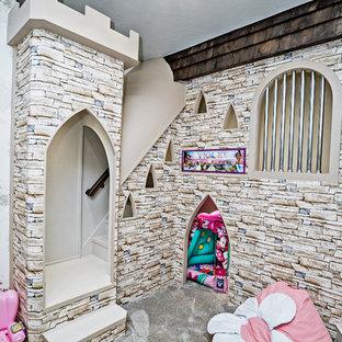 Inspiration för stora medelhavsstil flickrum kombinerat med lekrum och för 4-10-åringar, med heltäckningsmatta och grått golv