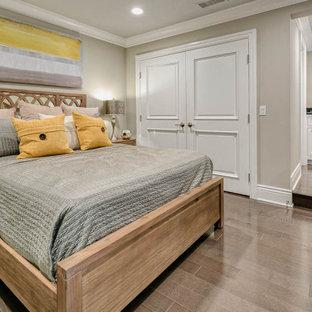 Immagine di una cameretta per bambini da 4 a 10 anni tradizionale di medie dimensioni con pareti beige, pavimento in legno massello medio e pavimento marrone