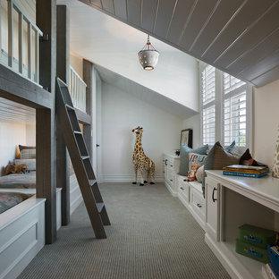 Immagine di una cameretta per bambini da 4 a 10 anni classica di medie dimensioni con pareti bianche e moquette