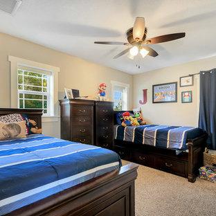 Ispirazione per una cameretta per bambini da 4 a 10 anni stile americano di medie dimensioni con pareti beige, moquette e pavimento beige