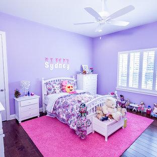 Стильный дизайн: большая детская в стиле современная классика с спальным местом, фиолетовыми стенами, паркетным полом среднего тона и коричневым полом для ребенка от 4 до 10 лет, девочки - последний тренд