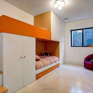 Идея дизайна: большая нейтральная детская в современном стиле с белыми стенами, бетонным полом и спальным местом для ребенка от 4 до 10 лет