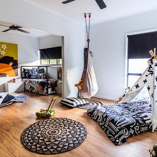 Idées déco pour une grand chambre neutre contemporaine avec un mur gris et un sol en vinyl.
