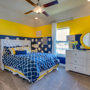 Esempio di una cameretta per bambini design di medie dimensioni con pareti beige e moquette