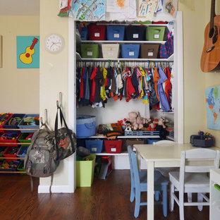Modelo de habitación de niño costera con paredes amarillas
